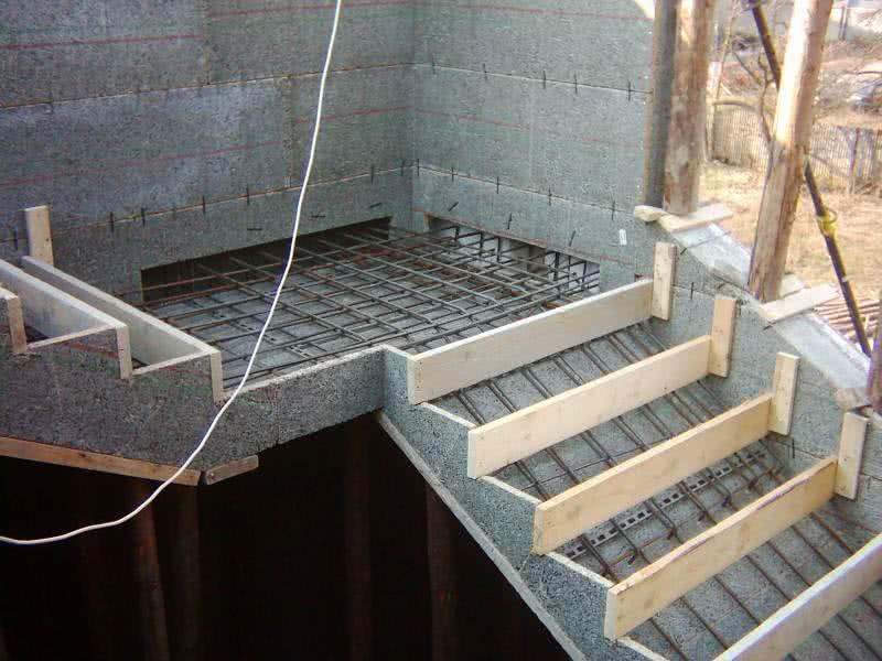Опалубка и арматурный каркас бетонной лестницы