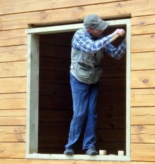 Начало монтажа деревянного окна