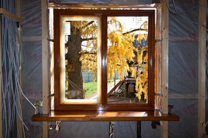 Установка окна с помощью монтажных профилей
