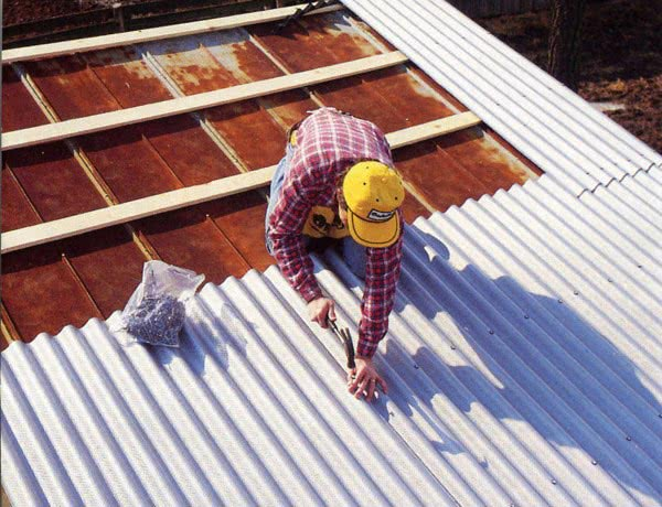 Как класть шифер на крышу