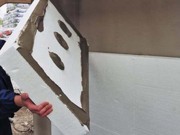 Нанесение клея на пенопластовый блок
