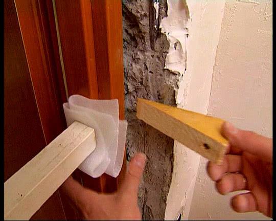 Фиксация двери деревянными клиньями