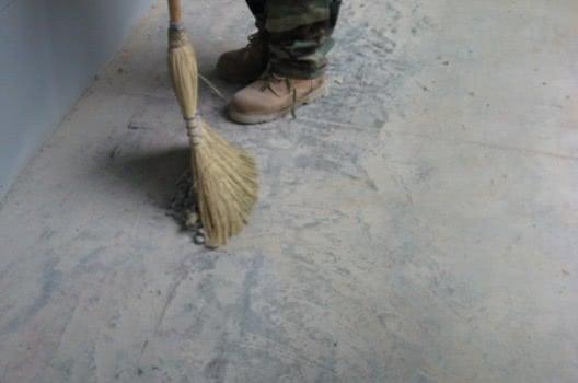 Очистка поверхности под наливной пол в гараже