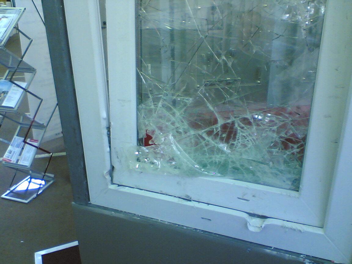 Разбитое пластиковое окно
