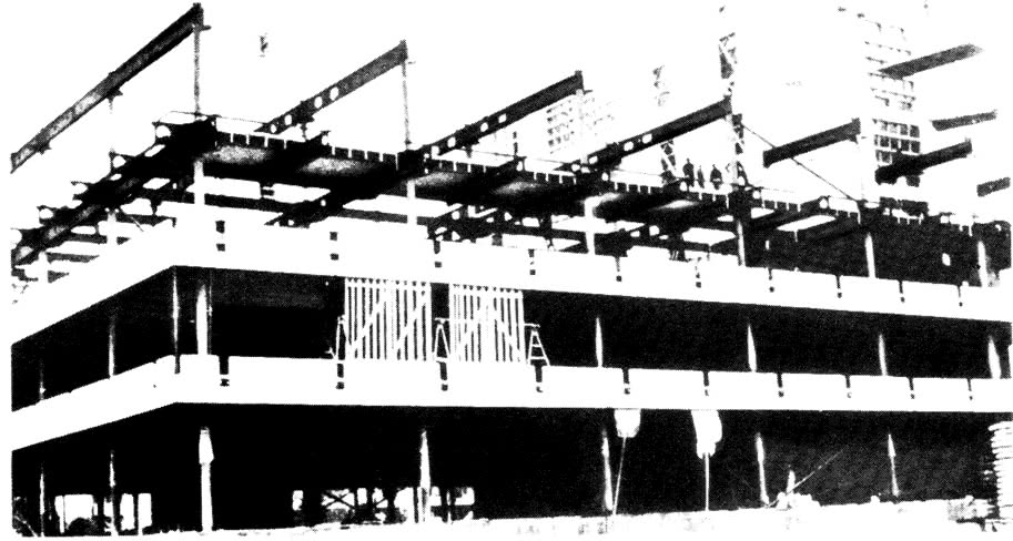 Монтаж стального каркаса, прикрепленные подоконные панели на 2-м и 3-м этажах