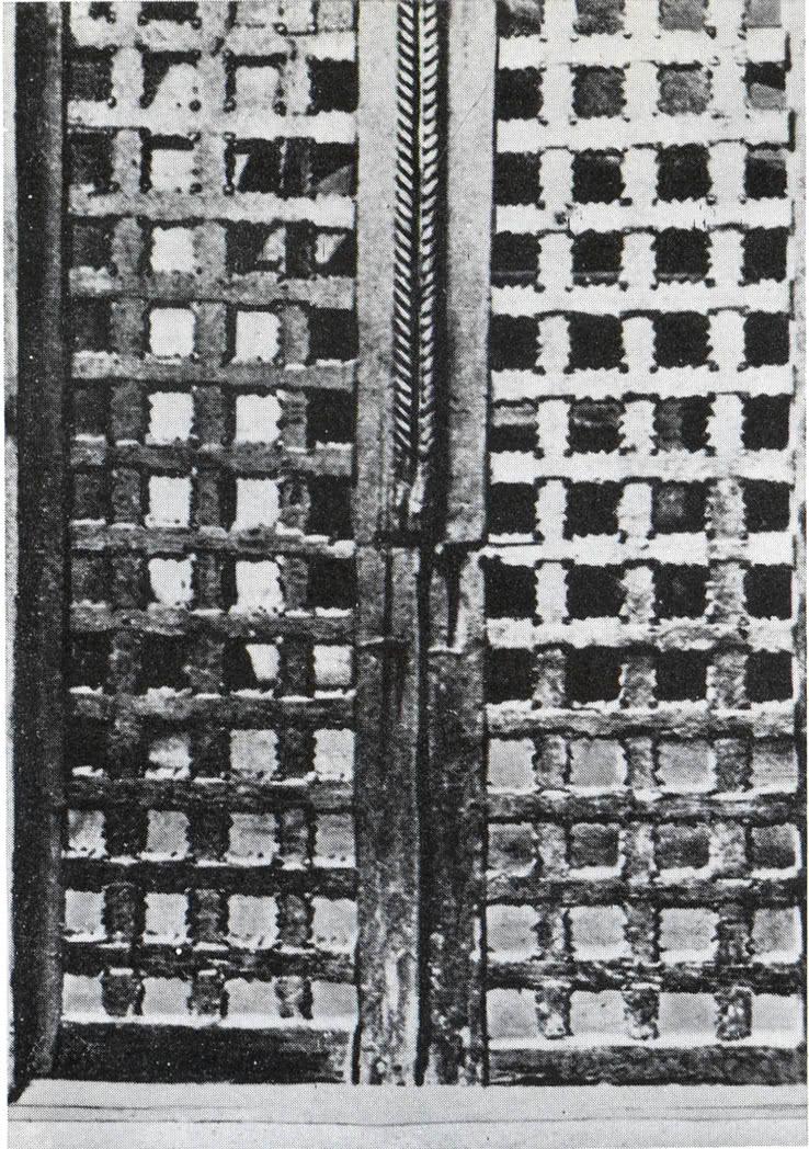 Резная деревянная решетка паперти собора Михайло-Архангельского монастыря XVII в.
