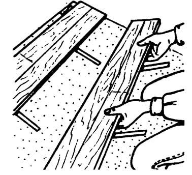 Укладка доски на скобы соседней доски