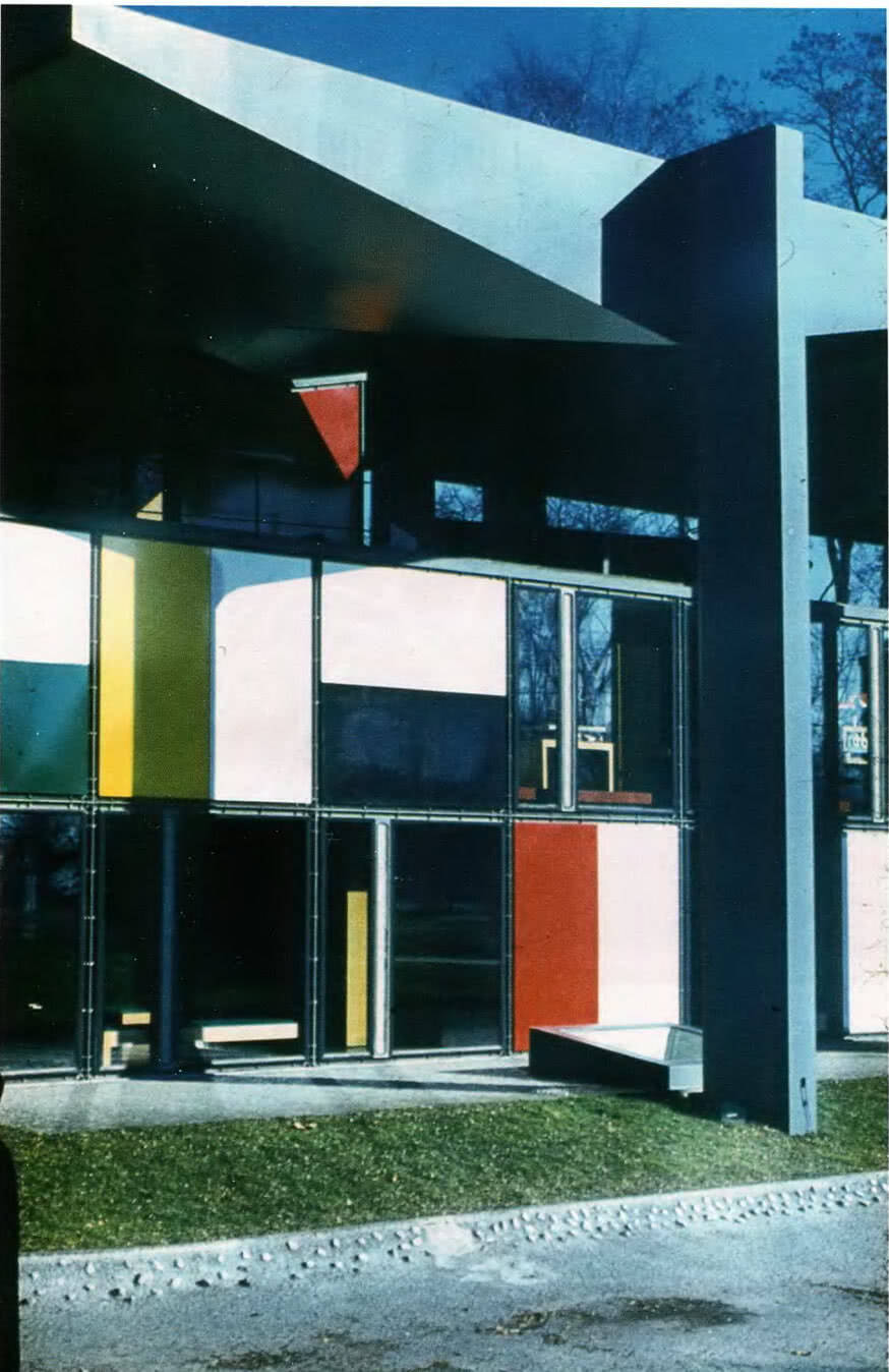 Ле Корбюзье переводит плоскостную композицию из локальных первичных цветов в духе Мондриана