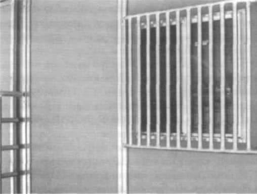 9.21. Решетки на комнате снаряжения