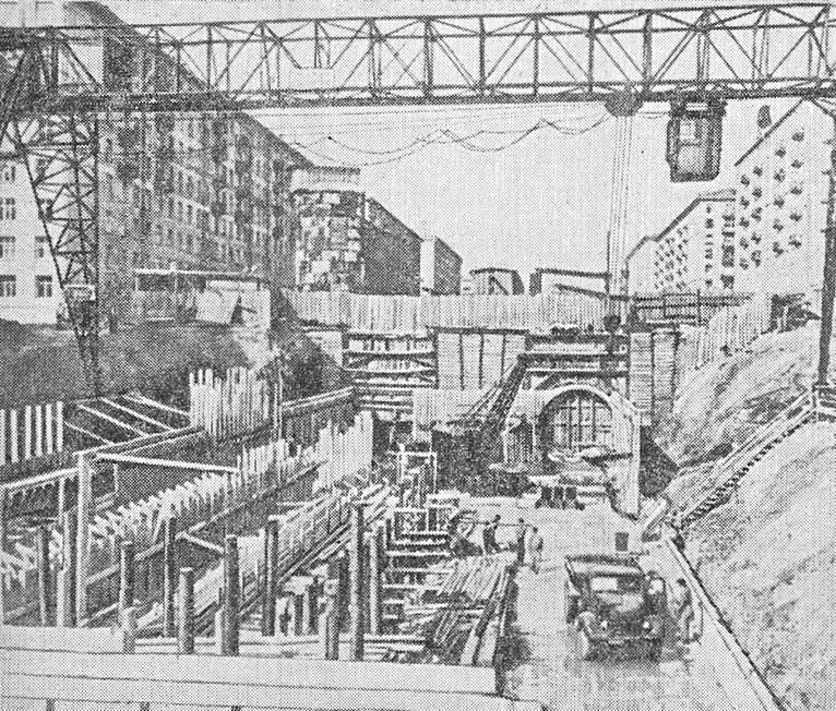 Котлован открытого способа работ, соединенный с тоннелями мелкого заложения