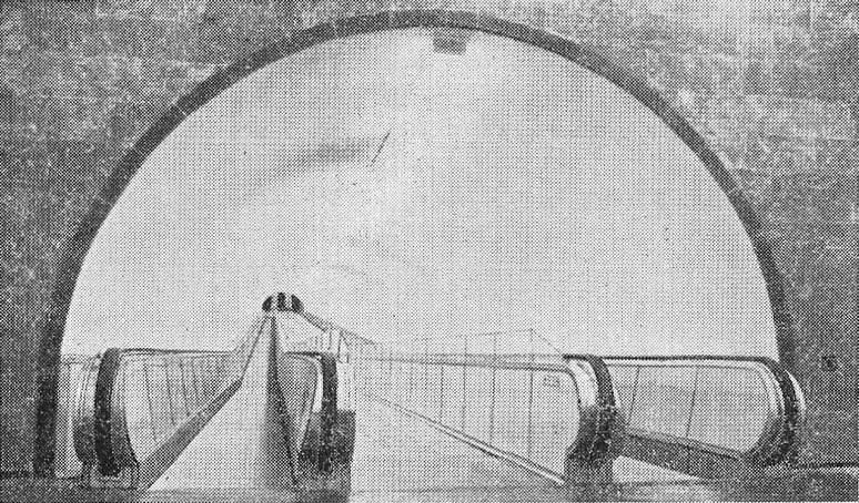 Горизонтальный эскалатор в подземном переходе у станции метро «Самгори»