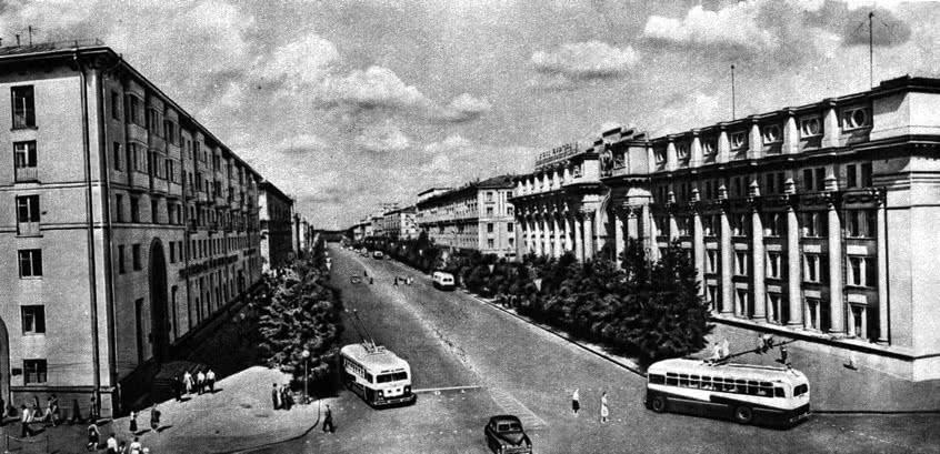 Ленинский проспект. На первом плане: справа - почтамт, слева - гостиница