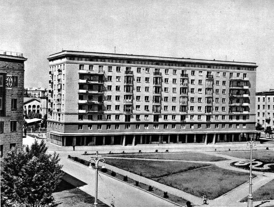 Площадь Калинина. Архитекторы С. Мусинский, Г. Сысоев