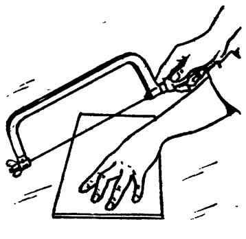 Обрезание плитки лобзиком со специальной вольфрамовой пилкой
