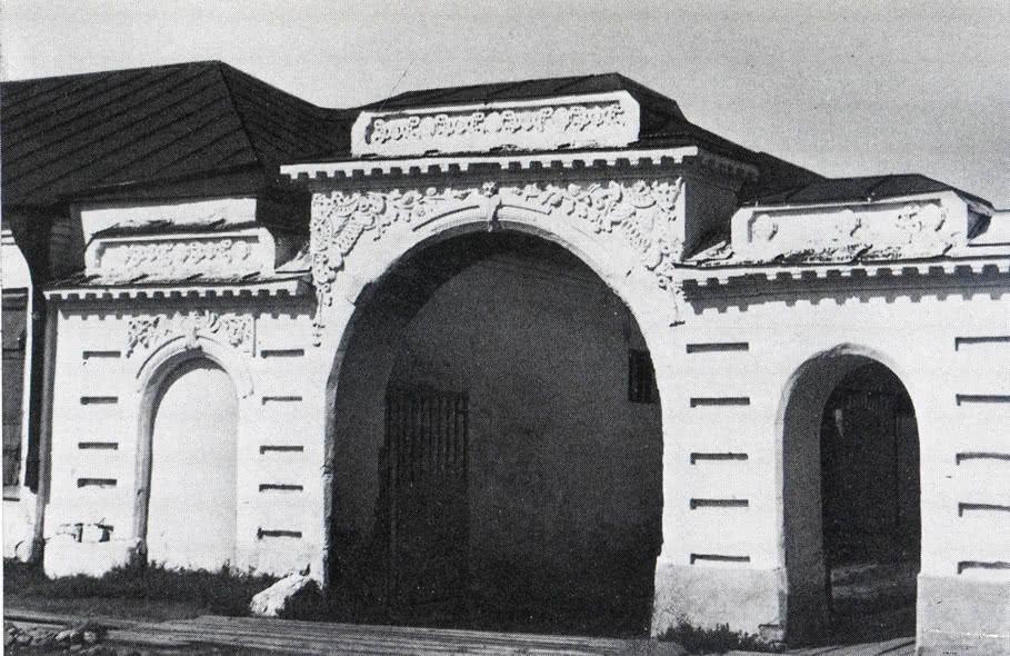 Ворота жилого дома на Советском проспекте