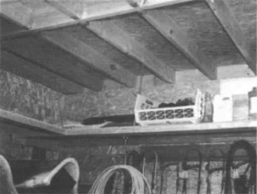 11.4. Полки на цепях, прикрепленных к потолку