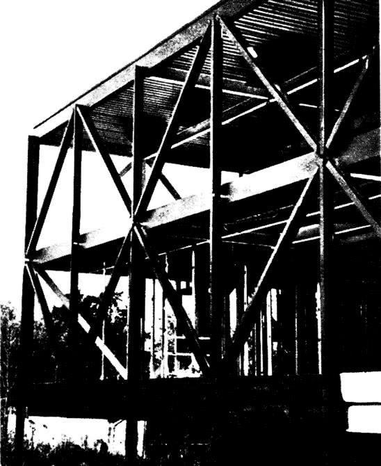 Фрагмент стального каркаса в процессе монтажа