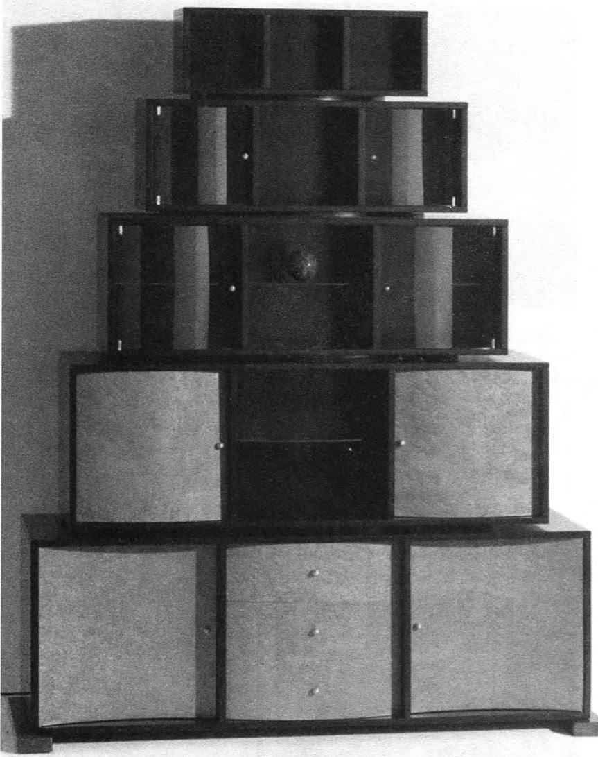 Шкаф воспроизводит в миниатюре архитектурные формы постмодернизма. Италия, 1980-е