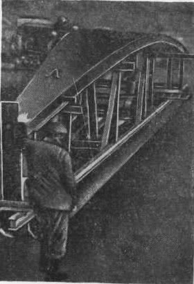 Рис. 13.12. Сборка щитов покрытия резервуара на стенде-кондукторе
