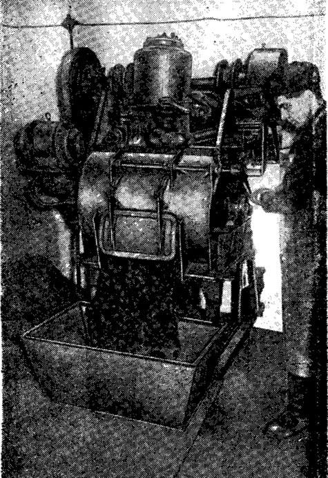 Рис. 12. Выгрузка грунтосиликатной смеси из растворомешалки в бункер-дозатор