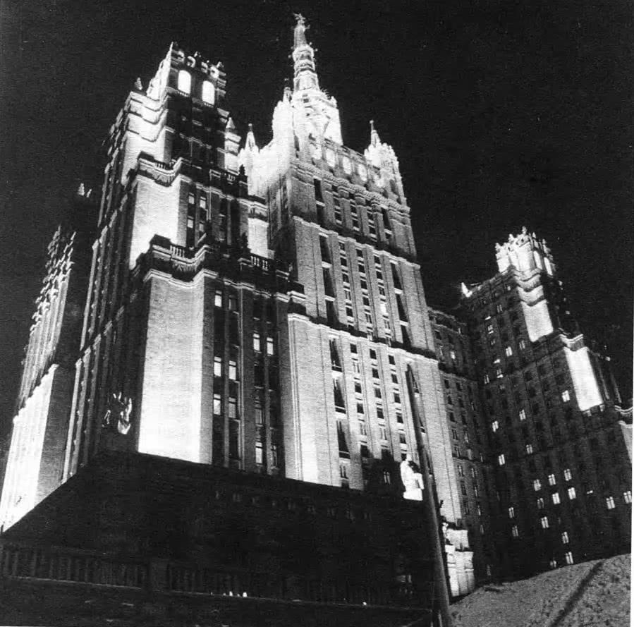 Освещение высотного жилого дома на Кудринской площади. Архит. Н.И. Щепетков, 1994—1995