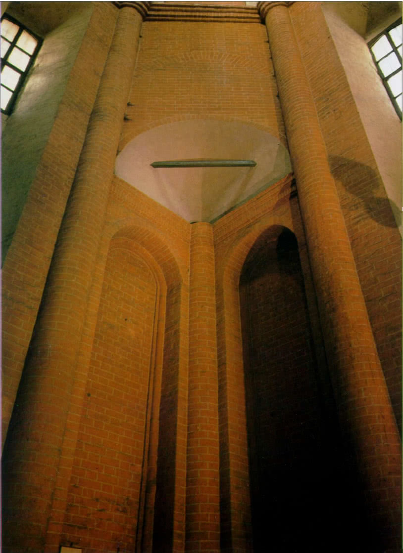 Вид на тромпы центрального столпа - церкви Покрова