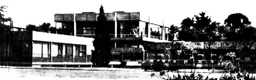 Здание зала заседаний. Слева - библиотека, справа - казино