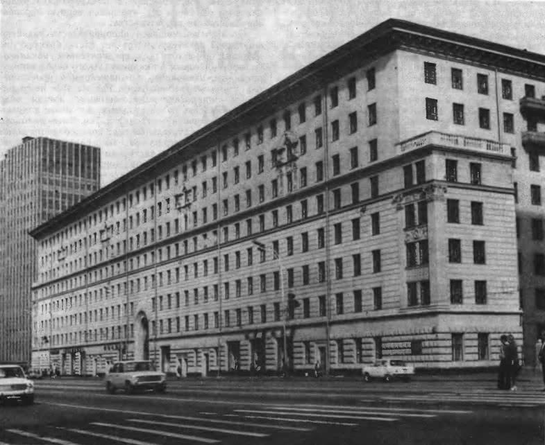 Дом на Ленинском проспекте, 11. Архитектор И. Жолтовский, 1949