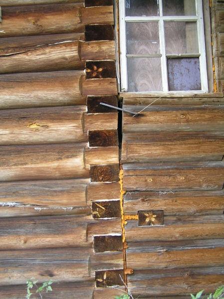 Рис.3.1. Вид на «отслаивающиеся» со временем стены пристройки к основному дому