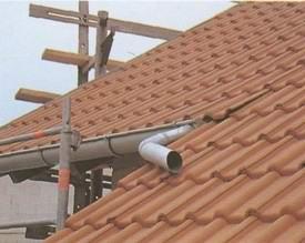 До того как покрывается крыша, монтируют водосточный желоб