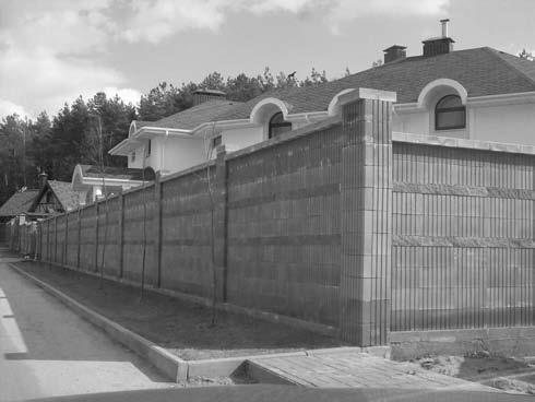 Ограда из блоков правильной формы