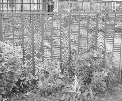 Ограды из подручных материалов