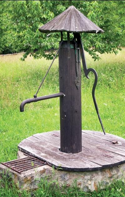 Водоснабжение участка: колодец, скважина, погружной насос