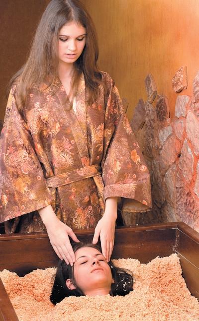 Фото 1.9. Традиционная японская сухая баня представляет собой деревянный ящик с горячими опилками, в которые и погружается человек