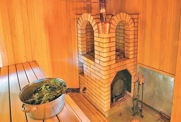 Фото 2.7. Металлическая печь окружена оригинальной кирпичной кладкой