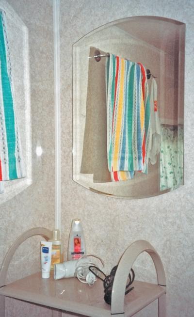 Фото 3.3.9 – 3.9.11. В моечной установлены современные ванна, электрический водонагреватель, уголок с банными принадлежностями
