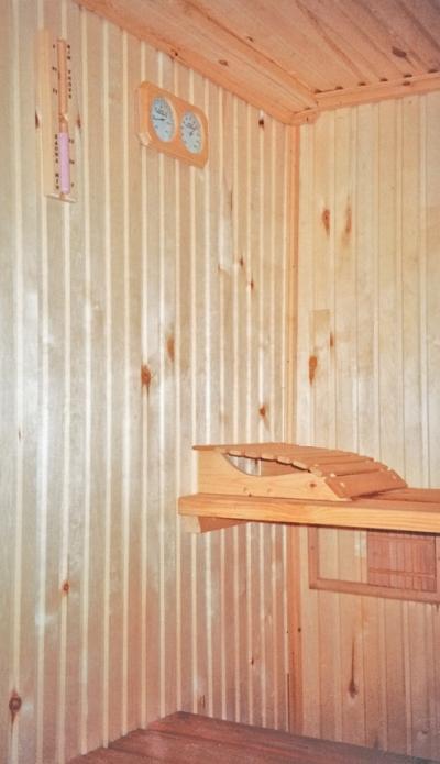 Фото 3.3.7. Парная снабжена закрепленными на стене термометром и песочными часами
