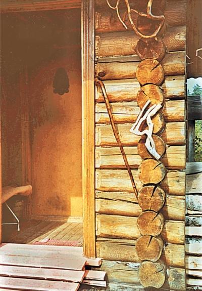 Фото 3.4.6. Вход в баню декорирован природными украшеньями