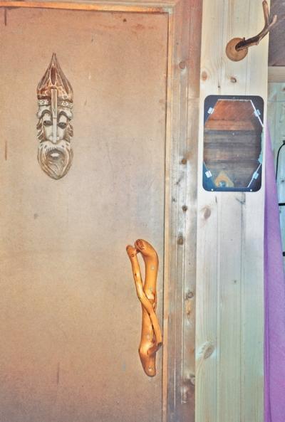 Фото 3.4.9. Созданные природой и мастером маленькие шедевры украшают вход в комнату отдыха
