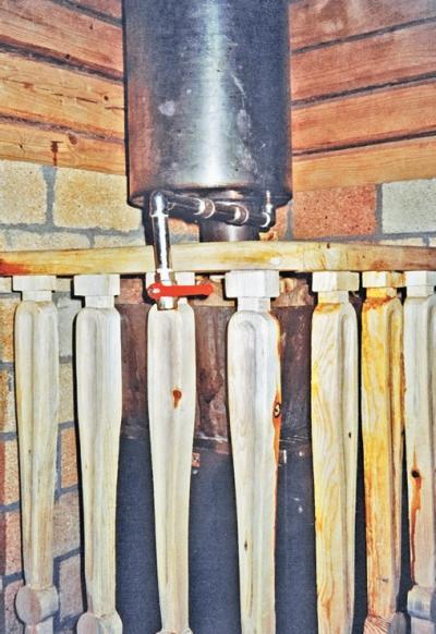 Фото 3.5.10, 3.5.11, 3.5.12. Парную от моечной отделяет массивная дверь с деревянными ручками. Полки в парной идеально сочетаются с брусом стен, а печь имеет деревянное ограждение