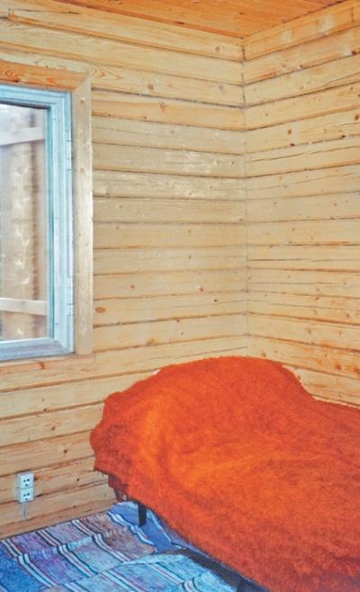 Фото 3.5.3, 3.5.4, 3.5.5. Чайный угол комнаты отдыха и чудесный вид на природу из окна с резными ставнями волшебным образом дополняют банную процедуру