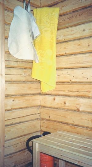Фото 3.5.6, 3.5.7, 3.5.8, 3.5.9. Печная дверка выходит в моечную и открывается в специальной нише. Горячей водой обеспечивает дровяная водогрейная колонка. Стеллаж и вешалка для банных принадлежностей в моечной