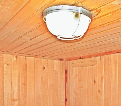 Фото 3.7.9. Освещение обеспечивается специальными светильниками для влажных помещений