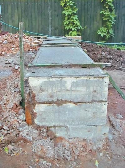 Фото 3.8.13. Фундамент и образует перепад высот насыпного грунта