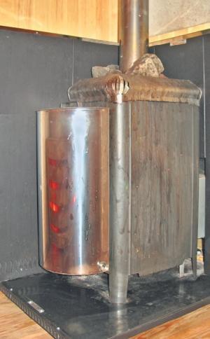 Фото 3.8.34. Печь-каменка окружена металлическими экранами, полыми, с охлаждением естественной конвекцией