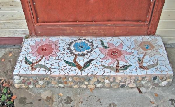 Фото 3.8.42. Мозаика, выполненная хозяйкой на пороге входной двери в баню