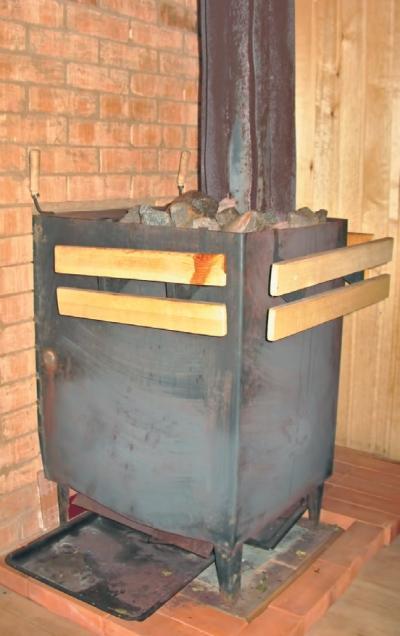 Фото 4.2.6. Печь прекрасно справляется с прогревом парной и, как и положено, снабжена деревянным ограждением