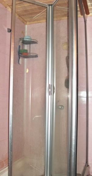 Фото 4.2.9. Современная душевая кабина прекрасно «прописалась» в моечной, а за горячее водоснабжение «отвечает» электрический водонагреватель вытеснительного типа