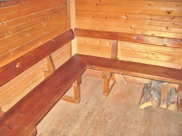 Фото 5.1.4. Комната отдыха оборудована самодельной угловой скамьей с весьма емким хранилищем «под лавкой»