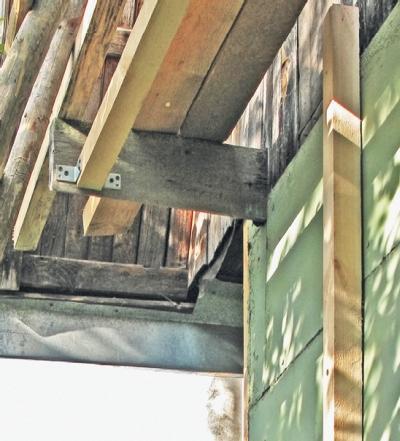 Фото 5.3.2.5. При монтаже лесов использовались те же бруски, что и для обрешетки, а также металлические соединительные уголки. По краям леса опираются на старинные технологические выпуски постройки
